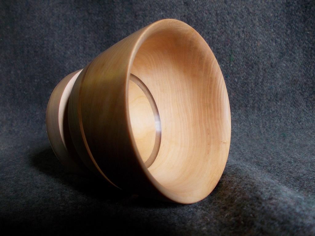 Липовая чаша покрыта восковым составом из пчелиного воска и льняного масла с живичным скипидаром