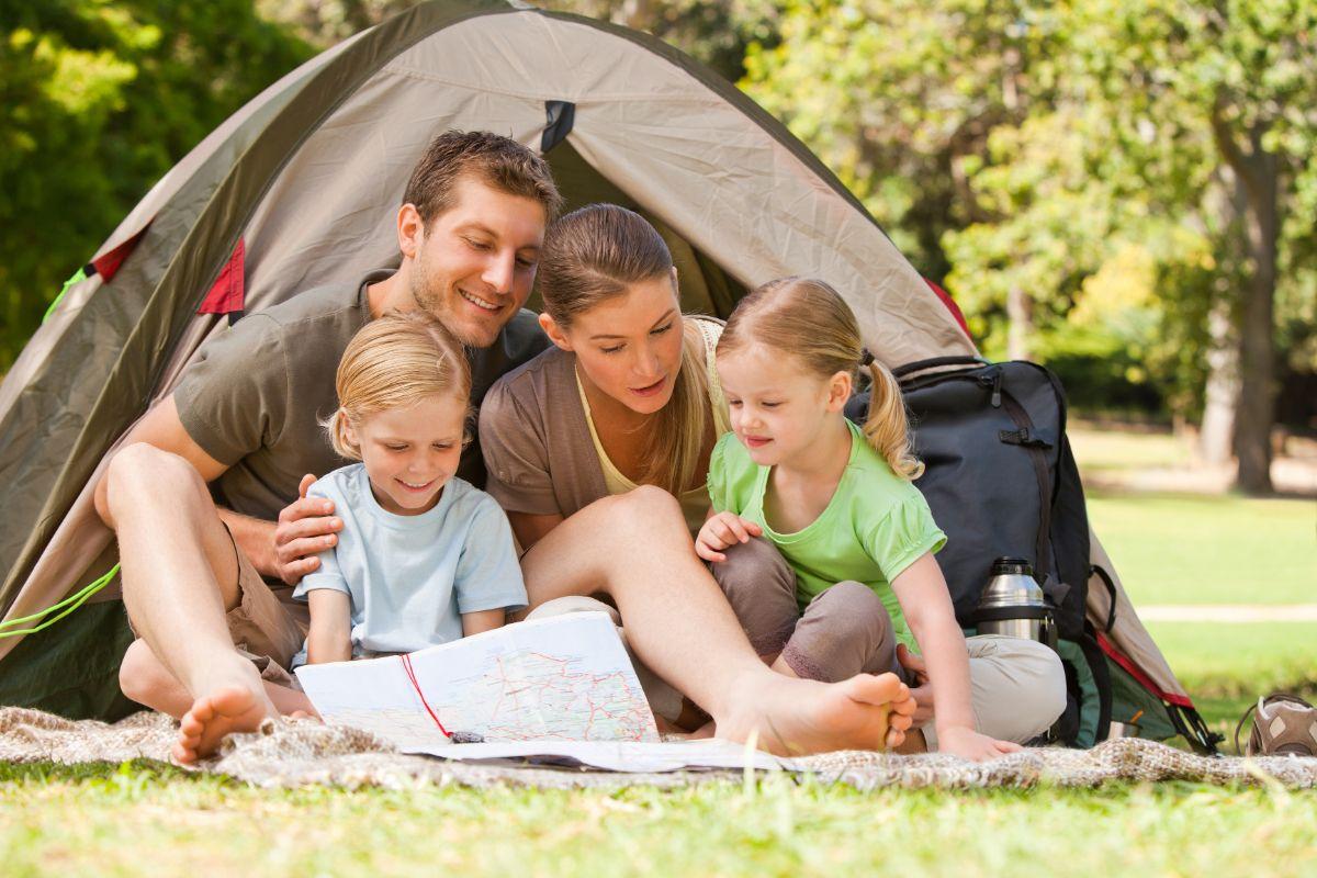 картинка где семья с палаткой на пикнике помощником для наблюдателей