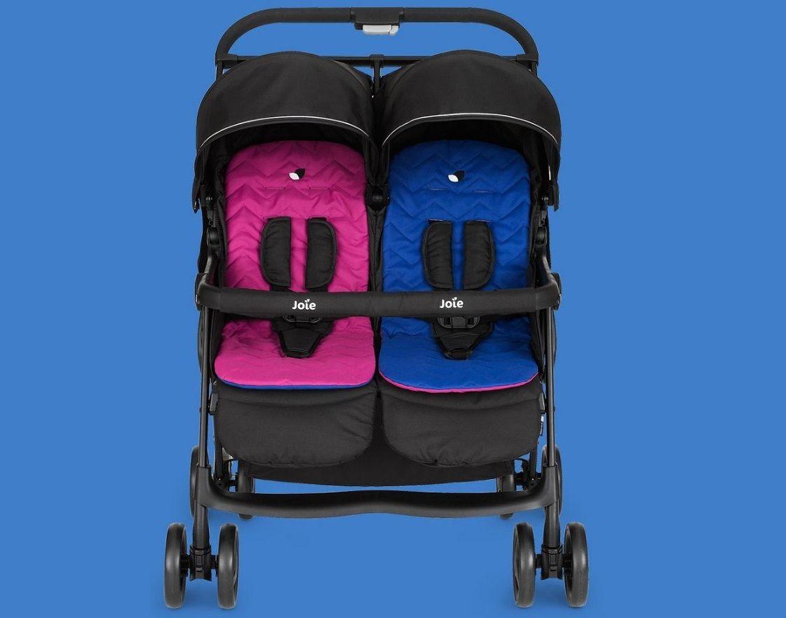 Детская коляска для двойни Joie Aire Twin укомплектована двухцветными матрасиками.