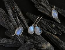Комплект кольцо, серьги, кулон, Лунный камень с голубой иризацией, авторская работа, вес 7,5 г № 16231
