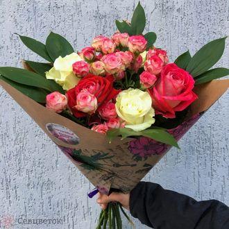 Кустовые розы в букете 5 штук, цветы букет хризантемы фото