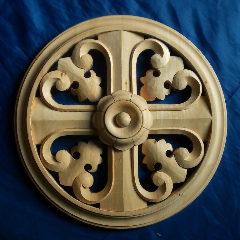 Деревянный крест с резной розеткой и орнаментом - один из элементов декора наших изделий