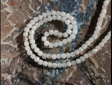 Бусина Беломорит, лунный камень 4 мм кубик, грань, цена за 1 штуку (вес 0,8 г) №22685