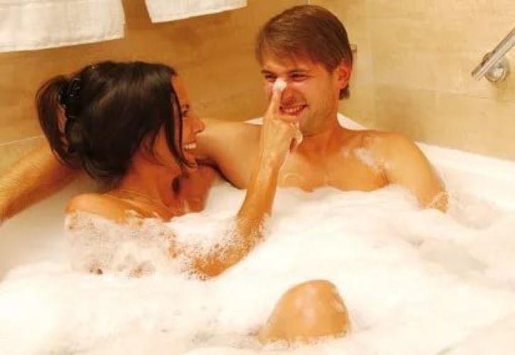 Видео как парень трахает девушку в ванне