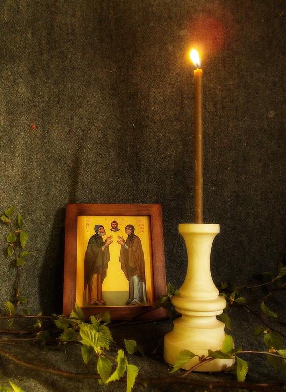 Лампадка или свеча в деревянном подсвечнике - непременная деталь любого домашнего иконного уголка