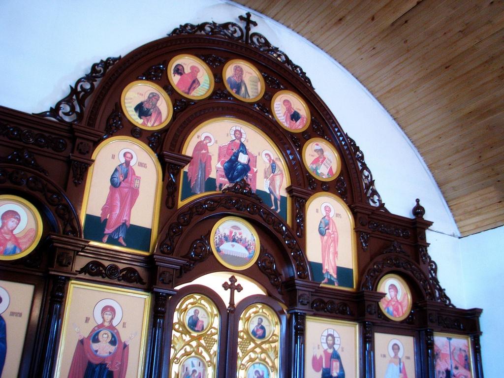 мастерская изготавливает иконостасы для церкви