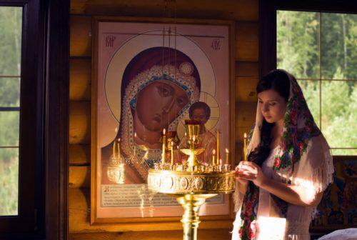 дівчина та ікона Богородиці