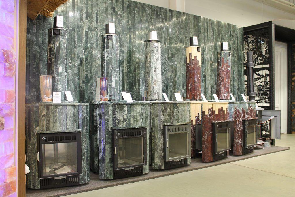 Печи в каменной облицовке на экспозиции в магазине