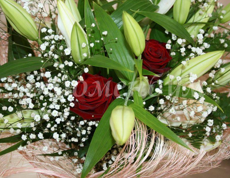 Букет из красных роз и белых лилий фото — 15