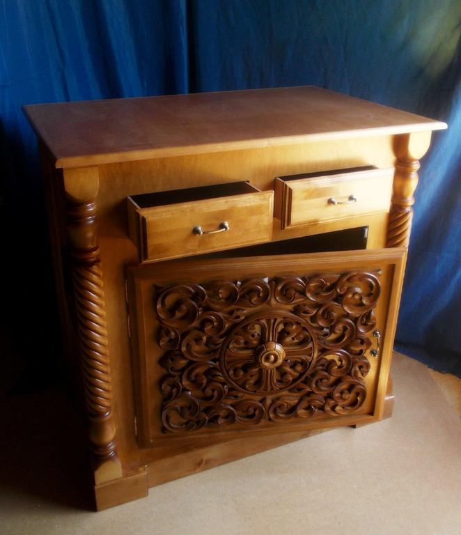 Фото резного жертвенника из столярной мастерской Большой Кракотки, церковная мебель для храмов в РБ