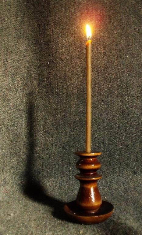 Свечи которые зажигают перед иконами будут красиво смотреться в удобном деревянном подсвечнике