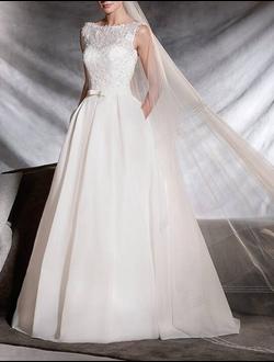 78115c00351 Свадебное платье из органзы и красивого кружева с пайетками А-силуэта с  поясом и V