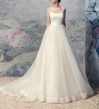 ffb48b30312 Свадебное платье с пышной шифоновой юбкой на атласной подкладке и  классическим вырезом лодочкаи закр