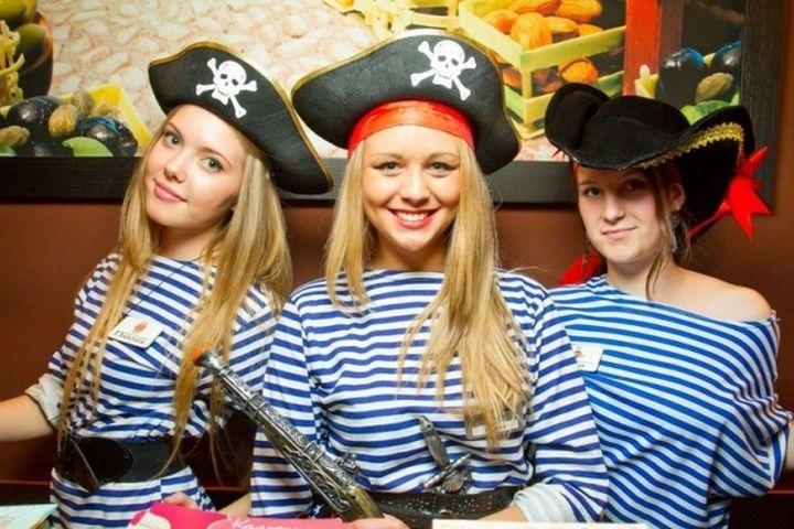 При упоминании словосочетания «пиратский стиль» в нашем воображении всплывают картины сюжетов приключенческих романов о морских странствиях, неустрашимых красавцах-капитанах, их безграничной любви к своенравным незнакомкам.