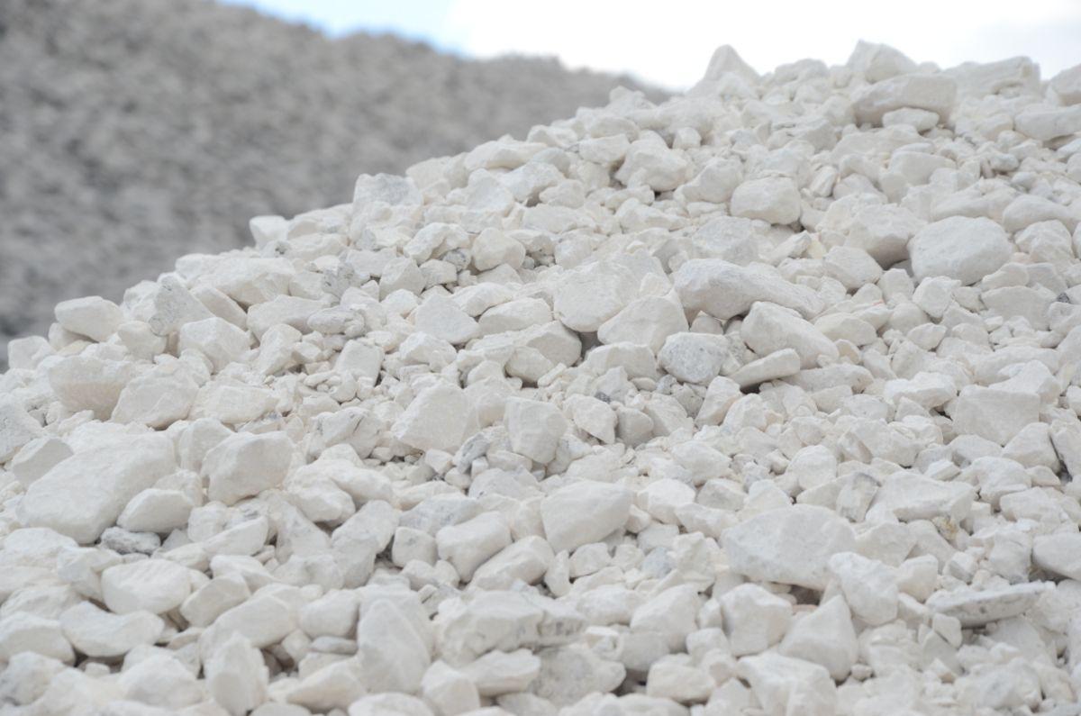 Добываемые залежи природной извести, которую также добавляют в суперизол