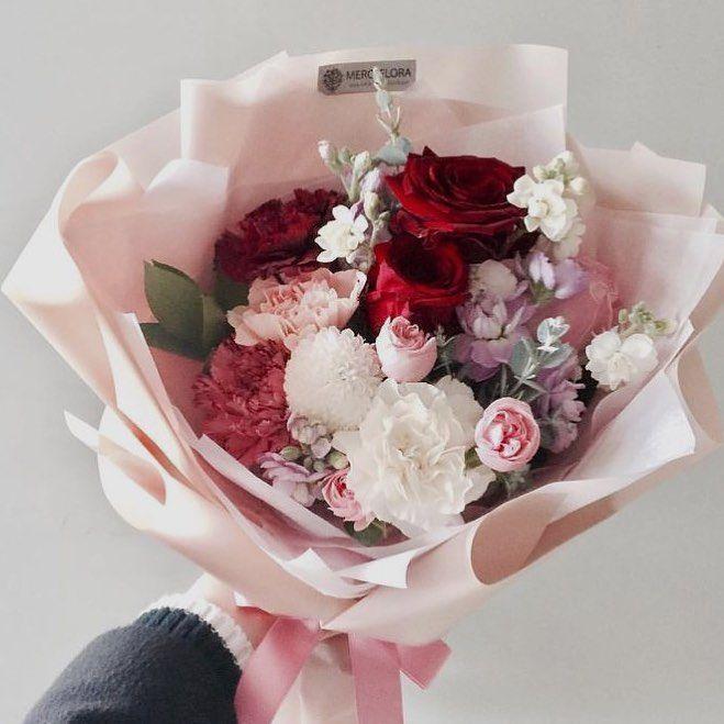 Астры купить, букет с кустовыми розами и гвоздиками