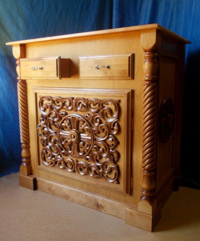 Для вашего храма мы можем продать жертвенник, украшенный резьбой по дереву и витыми балясинами