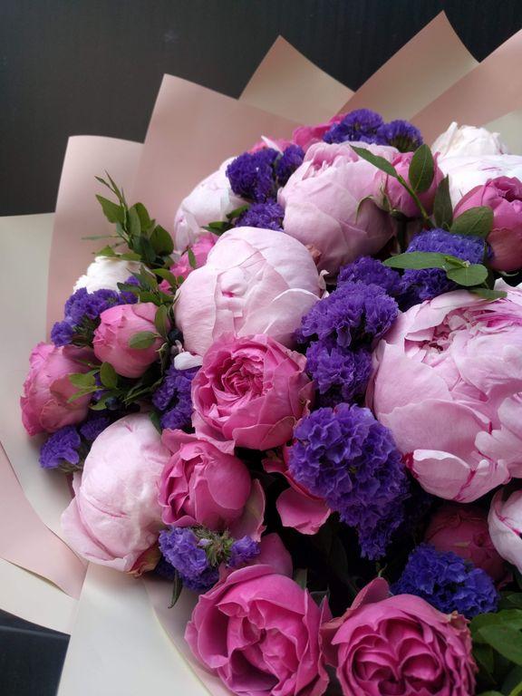 Яркий букет из пионов и пионовидных роз и статицы. Цветы поздравления