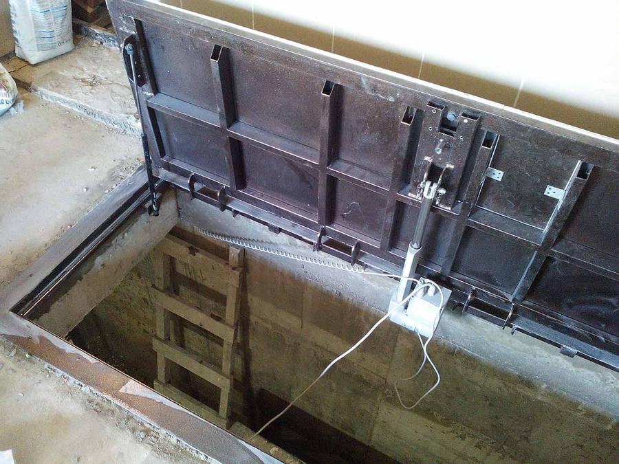 дверь в подвал с электроприводом