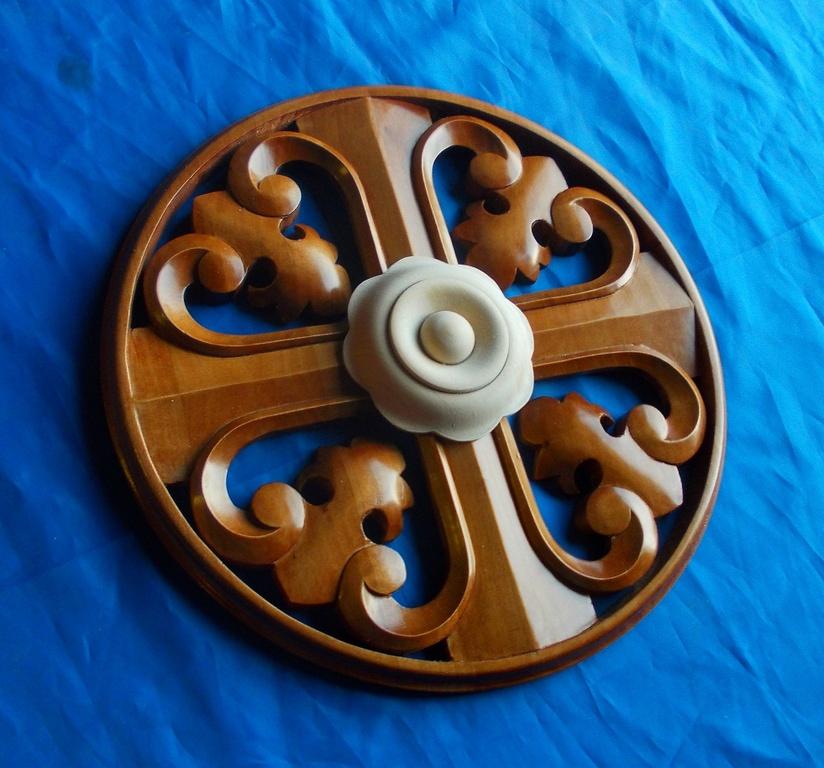 Резной деревянный крест после шлифовки тонирован и покрыт полуматовым лаком