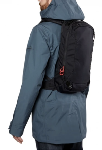 Рюкзак Dakine Poacher 14L Black одет на спину