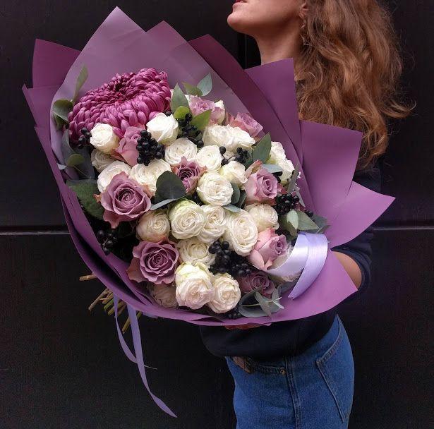 Стильный букет из белых кустовых роз, вибурнума, сиреневых роз мемори лейн, хризантемы и эвкалипта
