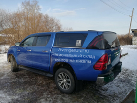 Красавчик Toyota Hilux Revo с кунгом Sammitr TL1 синего цвета 8x2 при дневном свете https://avengerural.ru/products/hiluxrevosammitrtl